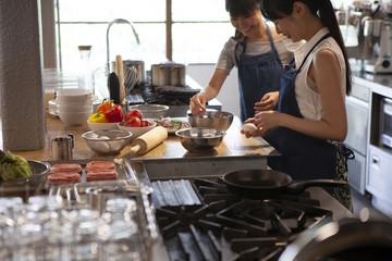 料理教室でハンバーグを作ることになり卵を割る準備をする。