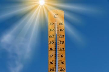 Ein Thermometer zeigt hohe Temperatur bei einer Hitzewelle
