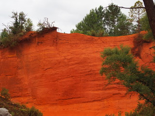 In de dag Rood traf. The magnificent landscape of the colorado of Rustrel, France