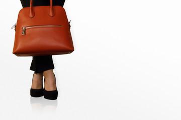 donna elegante in attesa con tacchi e borsa