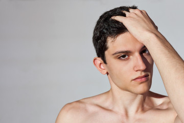 ragazzo muscoloso e atletico posa a torso nudo