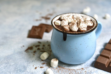 Photo sur Toile Chocolat Homemade hot chocolate with mini marshmallow in a blue enamel mug.Rustic style.