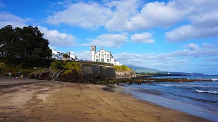 Strand vor der Kirche Igreja de São Roque in Ponta Delgada, Azoren