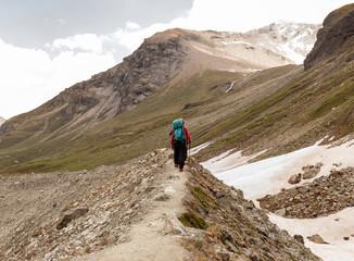 Randonneurs de montagne dans les Alpes suisses