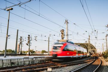 Zug fährt in den Kölner Bahnhof ein