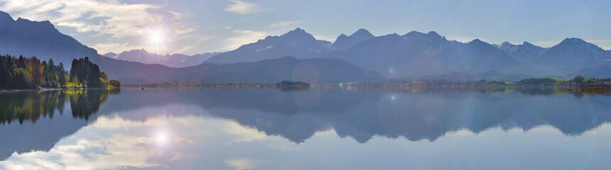 Berge im Allgäu spiegeln sich im Forggensee