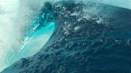 CLOSE UP: Picturesque emerald barrel wave splashes and sprays glassy ocean water