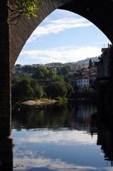 Túnel em reflexo no rio