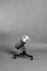 Bodenstativ mit Rollen und Studioblitz mit Normal Reflektor