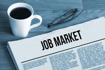 Eine Tasse Kaffee, Lesebrille und Zeitung mit dem Namen Job Market