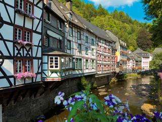 alte fachwerkhäuser entlang der rur in der Altstadt von Monschau in der Eifel