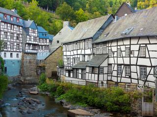 historische fachwerkhäuser an dem Flüsschen Rur in Monschau in der Eifel