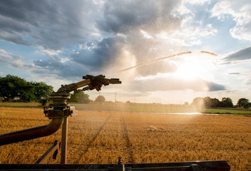 Bewässerungsfeldwirtschaft mit Bewässerungsanlage, Versorgung von Kulturlandschaft mit Wasser