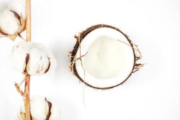 кокос свежий лежит на столе разбитый