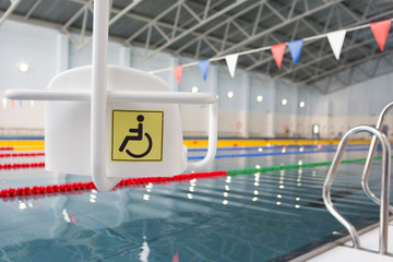 Lift for the descent of people with disabilities into the pool.