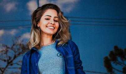 Menina sorrindo com céu