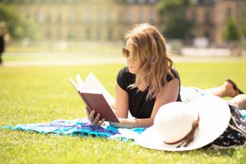 Junge Frau liest ein buch im freien