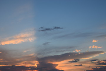 Piękne i magiczne niebo o zachodzie słońca