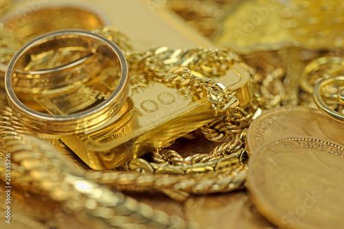 Gold In Barrenmünzen Und Schmuck Photo Libre De Droits Sur La