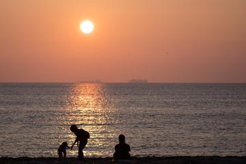 夕陽と家族