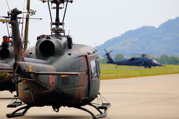 滑走路上のヘリコプター