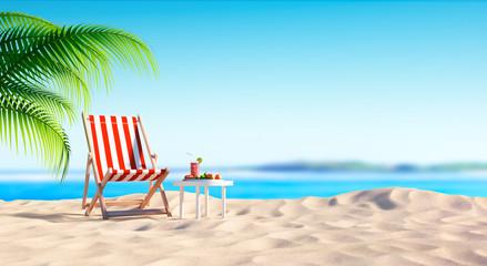 Leerer Liegestuhl am Strand mit Cocktail