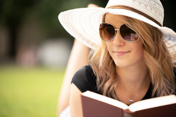 Junge Frau mit Brille draußen