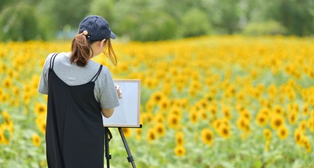 花と女性とキャンバス