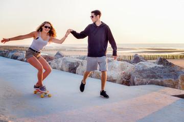 jeune couple faisant du skate