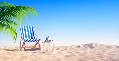 Leerer Strand mit Liegestuhl und Cocktail