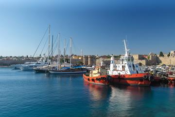 Schiffe im Emborio Hafen und Blick auf die Stadtmauer von Rhodos-Stadt