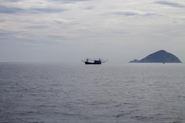 одинокая рыбацкая лодка в туманном море