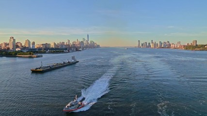 Fototapete - Aerial video of boat in Hudson River with New York City skyline in the background