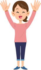 両手を上げて喜ぶ女性