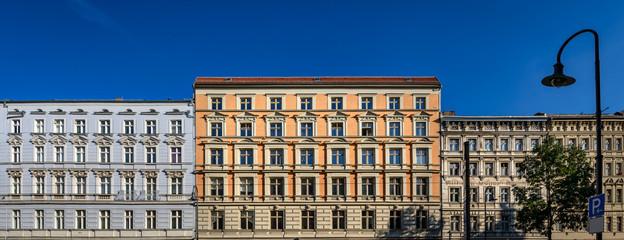 Beeindruckende Gründerzeitfassaden: Denkmalgeschützte Häuserzeile in Berlin-Prenzlauer Berg - Panorama aus 3 Einzelbildern