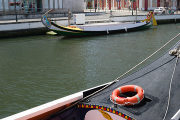Proa e barco numa ria dentro da cidade