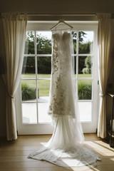 Robe de mariée devant la fenêtre