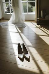 Chaussures et jeu d'ombre devant la robe de mariée