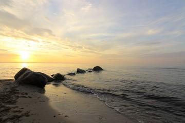 traumhaft schöner Sonnenuntergang an der See, Konzept Seebestattung, Trauer, Tod