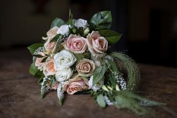 Bouquet de mariée dans l'ombre