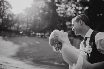 Mariés sous le soleil en noir et blanc