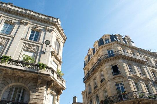 Immobilier Bordeaux immeuble bourgeois ancien avec balcon et plante verte investissement. Real estate. Copy space.