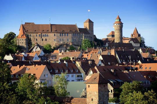 Burg Kaiserburg in Nürnberg mit Altstadt im Sommer