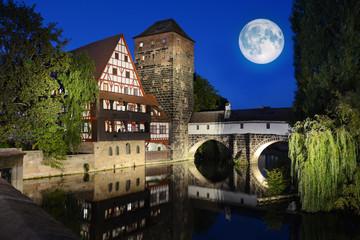 Weinstadel und Wasserturm mit Pegnitz-Brücke in Nürnberg in Bayern bei Nacht