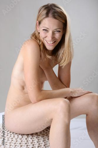 breitbeinig nackt