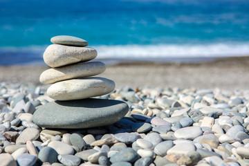 Ułożone kamienie na plaży na tle morza
