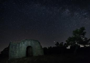 In de dag Oude gebouw Night photography with the ruins of an ancient hermitage located near Guijo de Granadilla. Ermita de Hojaranzo. Extremadura, Spain.