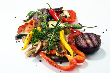 Türaufkleber Gemuse Grilled vegetables. Tomatoes, zucchini, bell pepper and fresh herbs.
