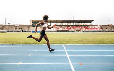 Black athlete woman on a race track Fototapete