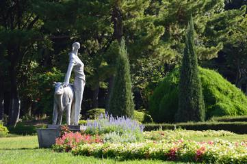 花壇とモニュメントのある公園